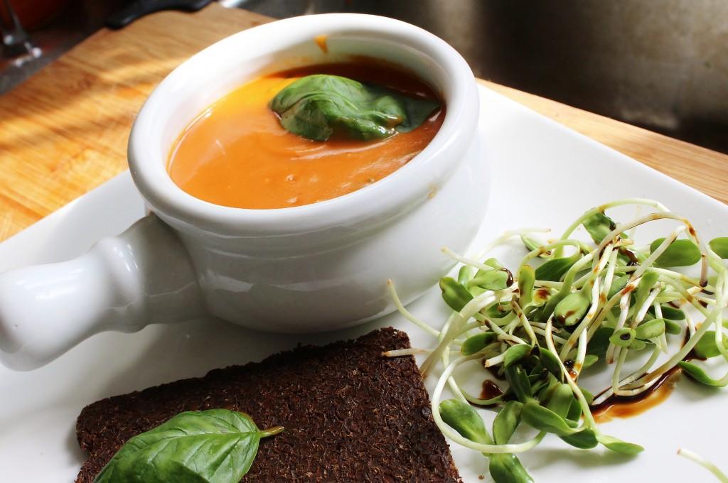 souper tomate, basilic, pumpernickel bread et pousse de tournesol