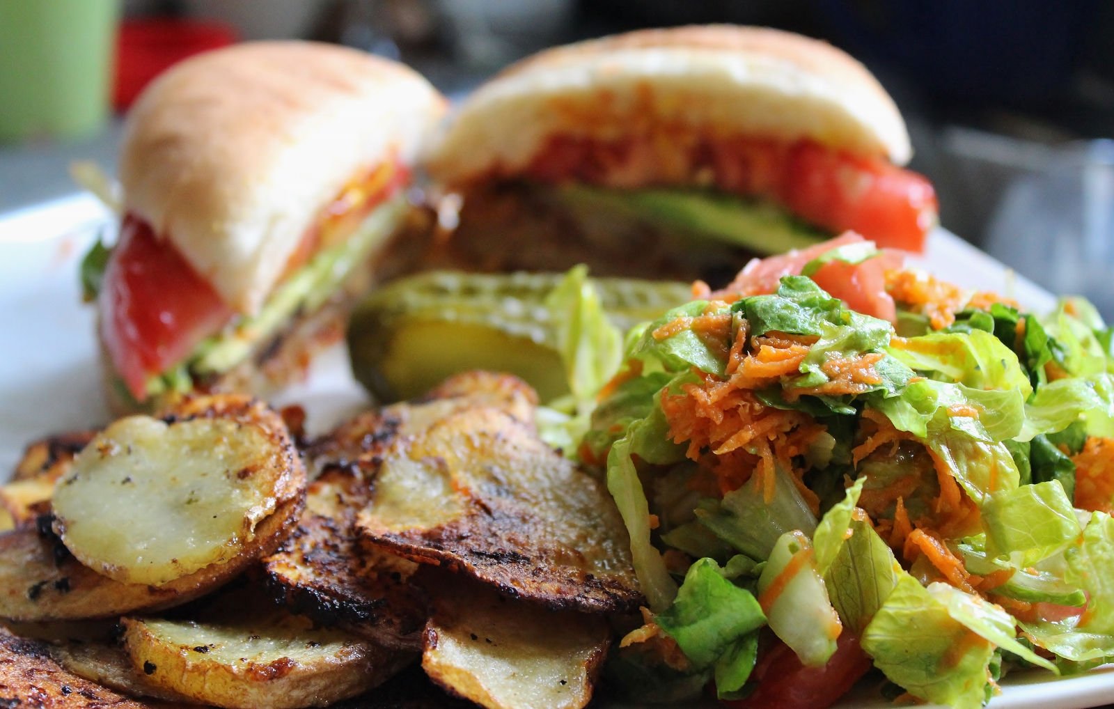 veggie burger patates salade vegan (1600x1018)